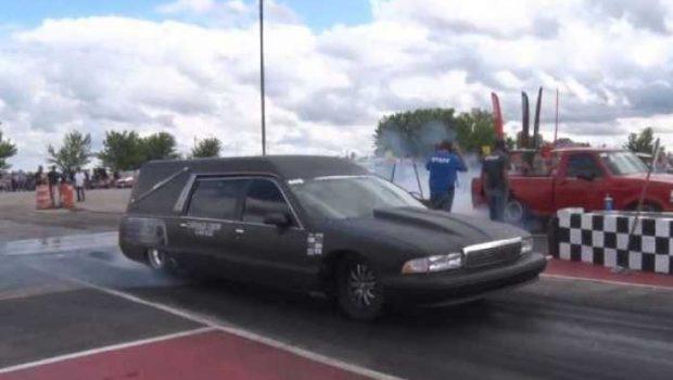 В США катафалк превратили в гоночный автомобиль